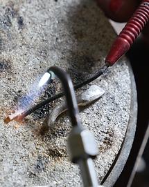 reparationer af smykker, halskæder, armbånd, ringe, vedhæng, øreringe, brocher osv.