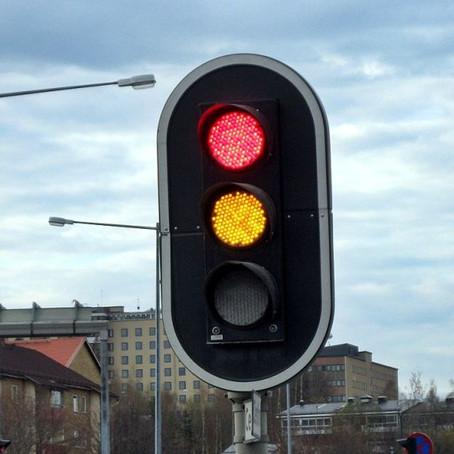 Adiós a la luz roja: autos se sincronizarán con los semáforos en verde