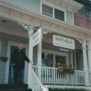 L'artiste devant l'America House Gallery à Piermont, près de New York, 2002