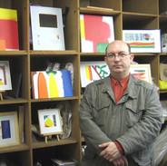 L'artiste devant ses oeuvres en 2010, invité de Marc Bergère (calligraphe)