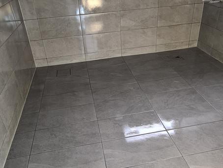 Stort badrum med stora plattor 💫