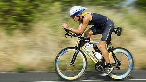 トライアスロンの種目 | バイクで駆け抜ける人物の写真