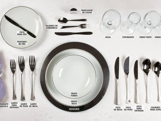 Como dispor objetos à mesa?