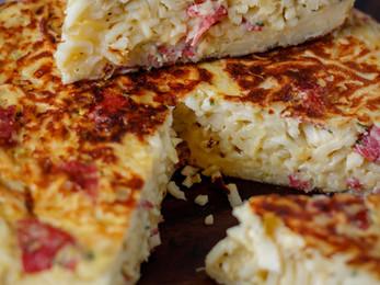 Tortilla de tallarines con cebollas y  salamín o chorizo colorado