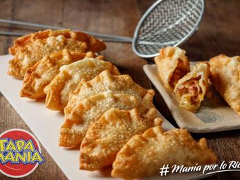 Empanadas fritas con manzanas cocidas , cebollas caramelizadas y panceta ahumada