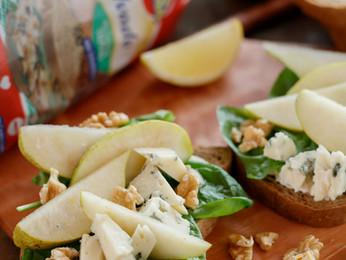Bruschettas de pan de mesa con salvado, peras y queso azul