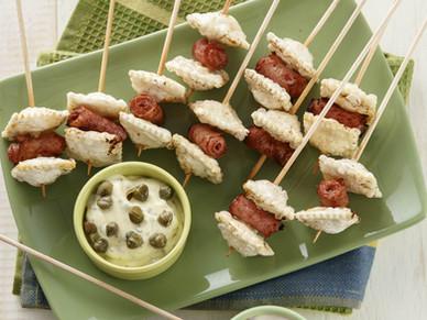 Pinchos de ravioles con jamón y dip