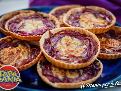 Tartitas de queso azul y cebollas moradas