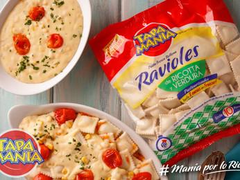 Ravioles con salsa tamizada de choclo, granos de choclo, crema y perejil con rodajitas de tomates.