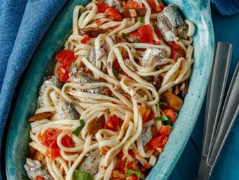 Tallarines con tomates y sardinas