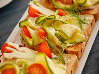 Open sandwich ( sandwich abierto ) de Pan con semillas y zucchini