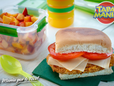 Sandwich de milanesitas de pollo con pebete y Ensalada de fruta y jugo de fruta