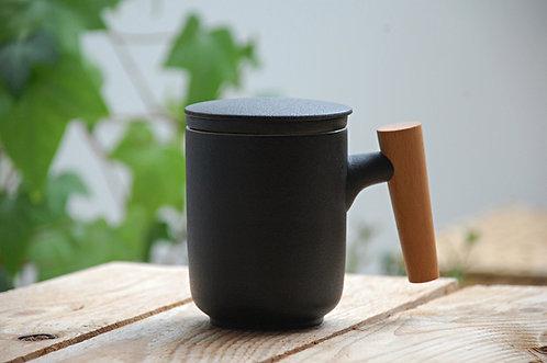 Czarny kubek z wieczkiem i sitkiem w stylu japońskim