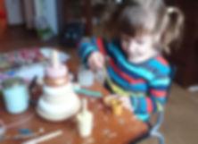 Девочка помогает маме делать игрушки
