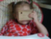 Девочка и деревянная игрушка из дуба