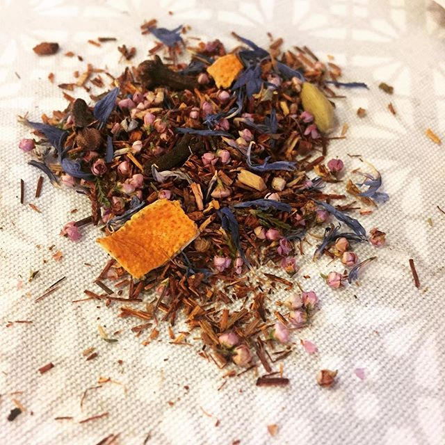 Blending natural ingredients with excellent base teas (or Rooibos) is our passion! Here we have a cl