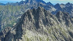 """Vrchol Ganku sa nachádza nad troma dolinami – Rumanovou, Českou, a Kačacou. Horský vodca vedie výstup exponovaným juhovýchodným hrebeňom a celý je zakončený najkrajšou časťou trasy – Galériou Ganku. Počas zostupu je možné ešte """"vybehnúť"""" na blízky Rumanov štít, ak to podmienky a čas dovoľujú.  Krásne výhľady z Ganku sú na Ľadový štít, Vysokú a do pekných, avšak málo navštevovaných severných dolín.  Naši horskí vodcovia odporúčajú stráviť noc pred výstupom na Chate pri Popradskom plese. Rezerváciu ubytovania alebo dopravu na Chatu pri Popradskom plese Vám radi zabezpečíme.  Dĺžka túry: 7 – 8 h  Prevýšenie: 1100 m z Chaty pri Popradskom plese  Náročnosť: – technicky náročný terén, exponované pasáže – dobrá kondícia a skúsenosti s vysokohorskou turistikou  Počet osôb/horský vodca: max. 3 osoby  360 € / 3 osoby (iba v letnom období) 320 € / 2 osoby (v zime max. 2 osoby) 300 € / 1 osoba"""