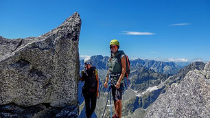Výstup na Lomničák tradičnou cestou vedie z Lomnického sedla a cez Lomnickú kopu. Trasa je zaistená skobami a reťazami. Lanovkou z Tatranskej Lomnice sa dostaneme až do Lomnického sedla, kde sa túra začína a ukončíme ju zostupom na Skalnaté pleso.  Skúsenejším vieme ponúknuť aj iné výstupové trasy, ktoré sú lezecky náročnejšie, ako napríklad výstup z Malej Studenej doliny.  Dĺžka túry: 5 – 6 h  Prevýšenie: 550 m z Lomnického sedla  Náročnosť: – turistický terén s krátkymi náročnými pasážami – dobrá kondícia a skúsenosti s vysokohorskou turistikou  Počet osôb/horský vodca: max. 3 osoby  Cena: 360 € / 3 osoby (iba v letnom období) 320 € / 2 osoby (v zime max. 2 osoby) 300 € / 1 osoba  V cene výstupu nie je zahrnutý lístok na lanovku pre klienta a pre horského vodcu.