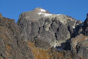 Výstup začína na Hrebienku a pokračuje hore Malou Studenou dolinou do Baranieho sedla. Odtiaľ náš horský vodca povedie technicky ľahkými pasážami až na samotný vrchol. Zostup je tou istou cestou.  Baranie rohy ležia nad Malou Studenou dolinou a Veľkou Zmrzlou dolinou (Baraňou kotlinou). Skladajú sa z dvoch približne rovnako vysokých vrcholov: severozápadný a hlavný – juhovýchodný vrchol. Charakteristická je vrcholová plošina, takzvaná Barania galéria, ktorá sa nachádza nad juhozápadnou stenou.  Dĺžka túry: 8 h  Prevýšenie: 1250 m z Hrebienka  Náročnosť: – technicky náročný terén s exponovanými pasážami – dobrá kondícia a skúsenosti s vysokohorskou turistikou  Počet osôb/horský vodca: max. 3 osoby  Cena: 360 € / 3 osoby (iba v letnom období) 320 € / 2 osoby (v zime max. 2 osoby) 300 € / 1 osoba