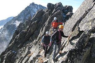 Výstup na Kežmarák sa začína na Skalnatom plese, kde sa dostaneme lanovkou z Tatranskej Lomnice, alebo tatranskou magistrálou z Hrebienka. Odtiaľ vedie horský vodca výstup cez Huncovský štít a ďalej východnou stenou až na samotný vrchol.  Náročnosť: – technicky náročný terén, exponované pasáže – dobrá kondícia a skúsenosti s vysokohorskou turistikou  Dĺžka túry: 6 – 7 h  Prevýšenie: 800 m zo Skalnatého plesa  Počet osôb/horský vodca: max. 3 osoby  Cena: 360 € / 3 osoby (iba v letnom období) 320 € / 2 osoby (v zime max. 2 osoby) 300 € / 1 osoba  V cene výstupu nie je zahrnutý lístok na lanovku pre klienta a pre horského vodcu.