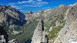 Výstup začína na Popradskom plese, z kadiaľ sa pokračuje do Sedla pod Ostrvou a zostupom k Ihle. Túra nie je veľmi náročná a preto ju odporúčame všetkým chtivým turistom.  Ihla v Ostrve je výnimočná tým, že na jej vrchole sa dajú urobiť nádherné spomienkové fotografie s neuveriteľnými zábermi na okolité štíty a doliny.  Dĺžka túry: 5 h  Prevýšenie: 500 m  Náročnosť: – stredne náročný terén – dobrá kondícia a skúsenosti s vysokohorskou turistikou  Počet osôb/horský vodca: max. 6 osôb  500 € / 6 osôb (iba v letnom období)  450 € / 5 osôb (iba v letnom období)  400 € / 4 osoby (iba v letnom období)  360 € / 3 osoby (iba v letnom období) 300 € / 2 osoby (v zime max. 2 osoby) 280 € / 1 osoba