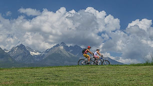 Túru na e-biky si vyberiete podľa vašich predstáv a skúseností spolu so sprievodcom. Ste začiatočníci a chcete skúsiť niečo ľahšie a prístupnejšie? – žiaden problém. Náš sprievodca vám venuje dostatok času, aby ste sa na e-biku cítili bezpečne a užili si cyklo túru. Ste pokročilí cyklisti, no prvý krát na e-biku a chcete zažiť dlhšiu a náročnejšiu e-bikovú túru? – aj pre vás niečo máme :)   Cena: (zahŕňa požičanie e-biku*hardtail* a sprievodcu)   Max. Počet osôb na 1 sprievodcu: 4 osoby   Cena 2 osoby: 205€ Cena 3 osoby: 270€ Cena 4 osoby: 337€