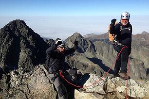Výstup na Pyšný štít sa začína aj končí na Téryho chate v Malej Studenej doline a vedie cez Malý Pyšný štít na vrchol. Výstup je veľmi náročný a vhodný len pre skúsených vysokohorských turistov s doprovodom horského vodcu.  Poloha Pyšného štítu umožňuje nádherné výhľady z jeho vrcholu. Susediaci Lomnický štít je ako na dlani. Ďalšie krásne pohľady sú na východnú aj západnú časť Tatier, a celú Malú Studenú dolinu s jej nádhernými Spišskými plesami.  Pyšný štít ústi do Malej Studenej doliny 250 m vysokou západnou stenou a krátkym Pyšným hrebeňom, ktorý zaniká v Kotline Piatich spišských plies.  Náročnosť: – technicky náročný terén, exponované pasáže – dobrá kondícia a skúsenosti s vysokohorskou turistikou  Dĺžka túry: 8 – 10 h  Prevýšenie: 600 m z Téryho chaty  Počet osôb/horský vodca: max. 2 osoby  Cena: 360 € / 2 osoby 320 € / 1 osoba