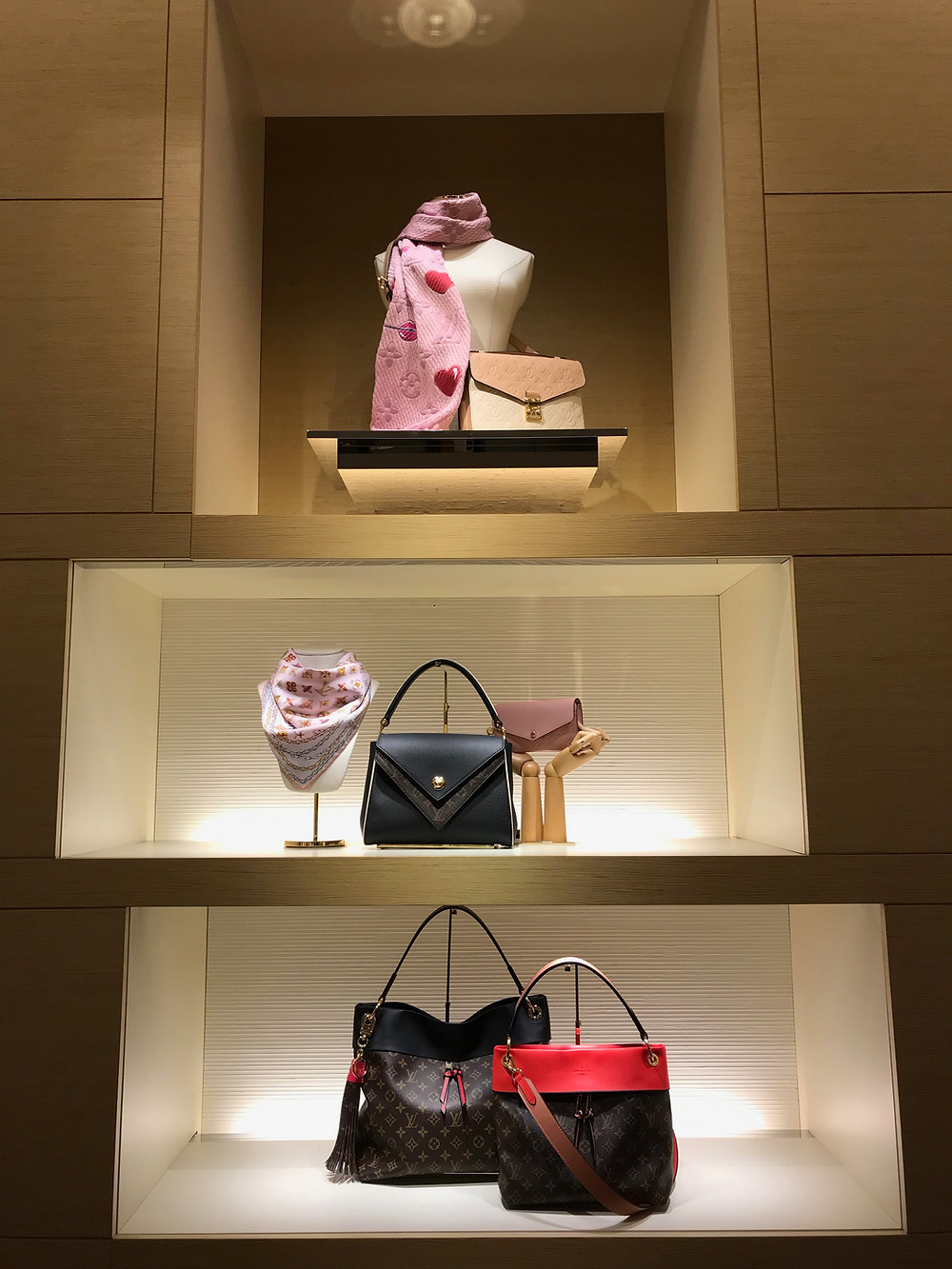 Louis Vuitton BOUTIQUE, LOUIS VUITTON BAGS, DESIGNER HANDBAGS, Louis Vuitton STORE DISPLAY