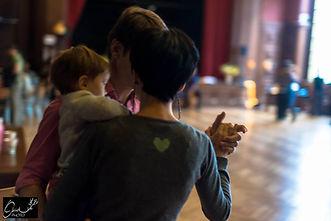 coupe dansant le tango avec un bébé dans les bras