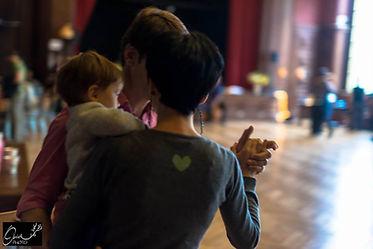 coupe dansant le tango avec bébé dans les bras