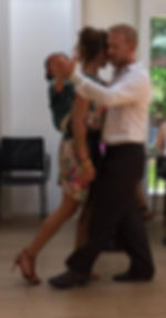 couple dansant le tang avec bébé dans porte bébé