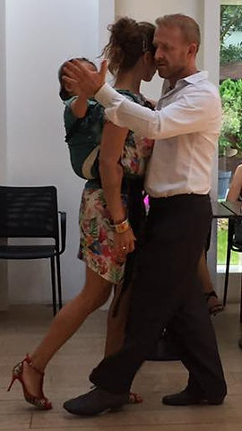 couple dansant le tango avc un bébé dans un porte-bébé