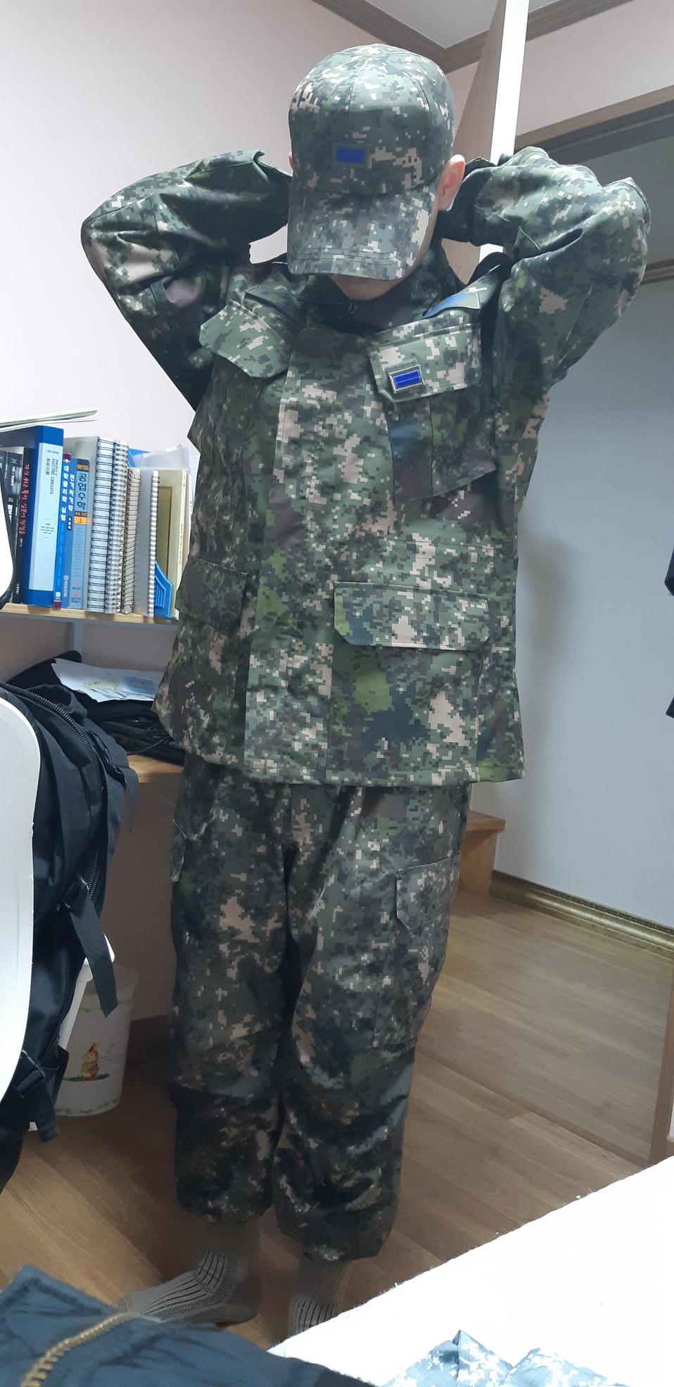 코로나로 인해 조기복귀명령을 받은 친구가 군복을 입으며 귀영하는 모습입니다.