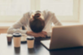 femme sur bureau et gobelets kf.jpg