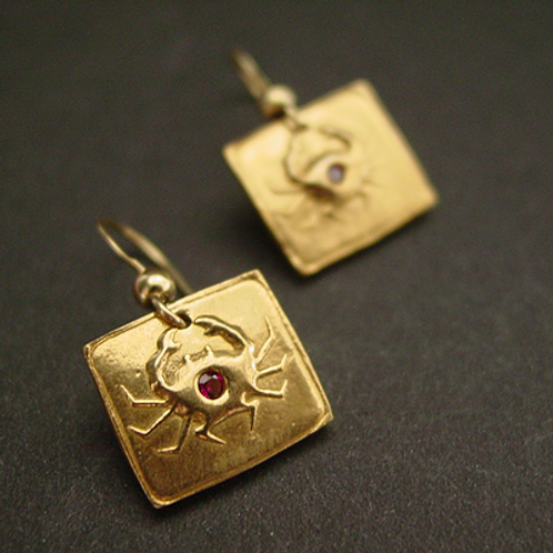 Crab square earrings with garnet