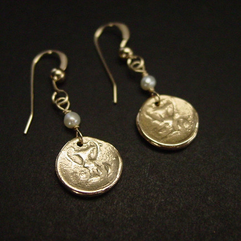 Wine drinking cup of Dionysus coin with pearl earrings