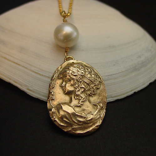 Aphrodite necklace with pearl on shell