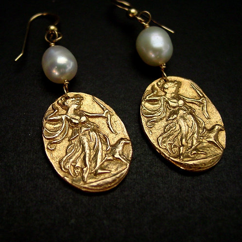 Artemis earrings with pearls