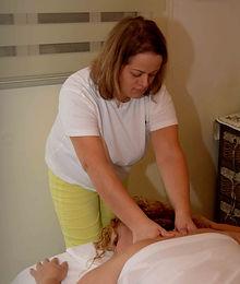 עיסוי שוודי מתייחס למגוון רחב של טכניקות שתוכננו במיוחד כדי להרפות את השרירים על ידי הפעלה לחץ עליהם בשכבות העמוקות של שרירים ורקמות. במערכת שוודית של טכניקות עיסוי שוודי כולל ליטוף, לישה ורטט. עיסוי שוודי זאת פעולה נועד במקור כדי לשחזר את הגמישות במפרקים ושרירים, רקמות ומרפקים להיפטר מהנפיחות רקמות וכלי דם.עיסוי שוודי משפיע על הפרשה של אנדורפינים, שהם מורידים כאבים.