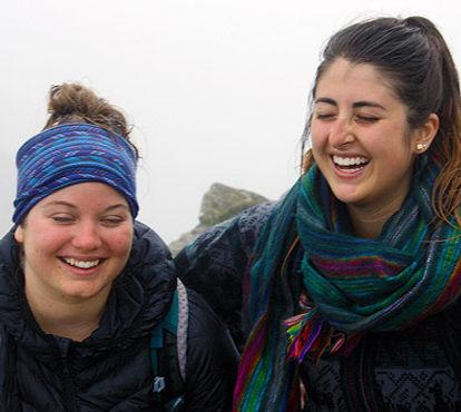 Infirmières de l'humanité | Deux coopérantes souriantes