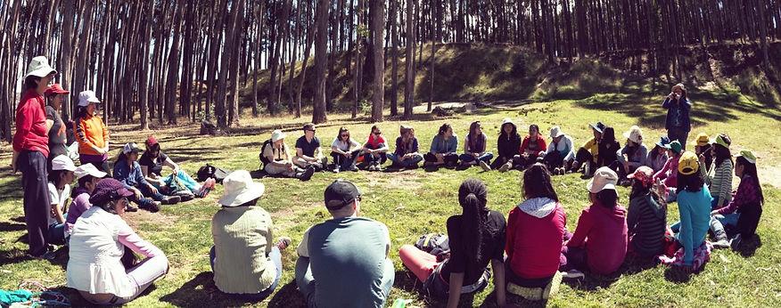 Infirmières de l'humanité | Groupe assis dans l'herbe