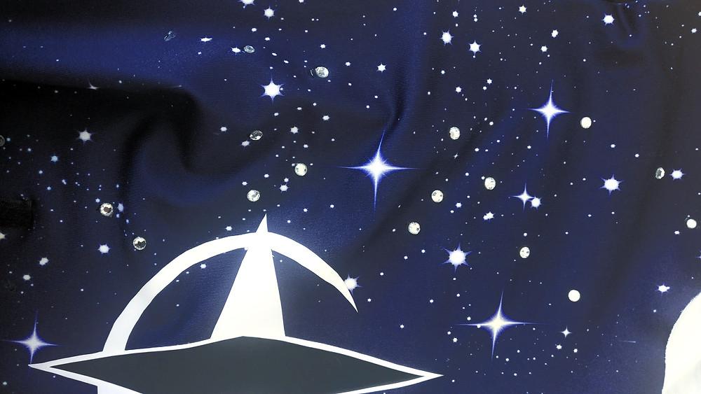Dunkelblauer Stoff mit Sternenmuster und aufgeklebten Strasssteinen