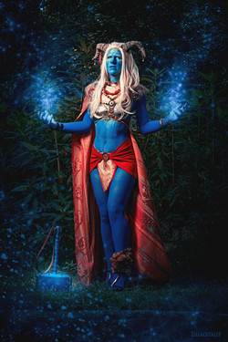 Tsuya as female Jotun Thor, wearing blue bodypaint and royal clothes.