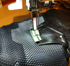Close up der Nähmaschine mit Teflonfuß.