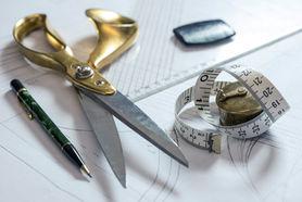 Nähutensilien wie Schere, Maßband, Stift auf einem Tisch