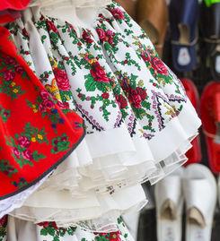 Bunte Röcke mit Blumendruck und Tüll