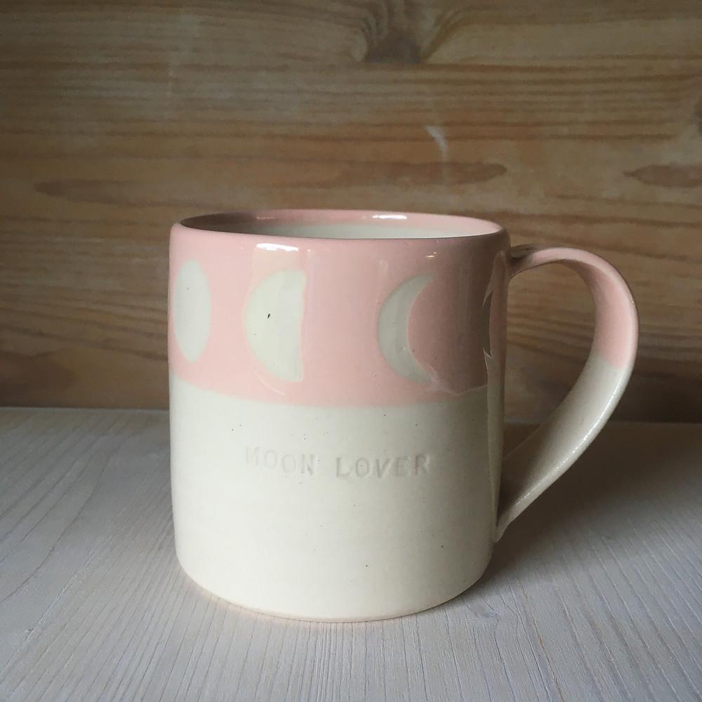 mug ceramique avec cycle lunaire sur fond rose et gravé Moon Lover