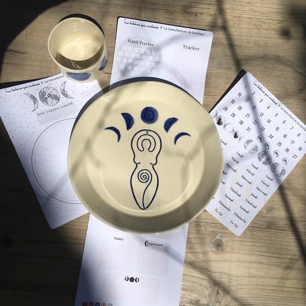 assiette céramique avec symbole féminin sacré et croissants de lune bleu marine et cadran lunaire papier