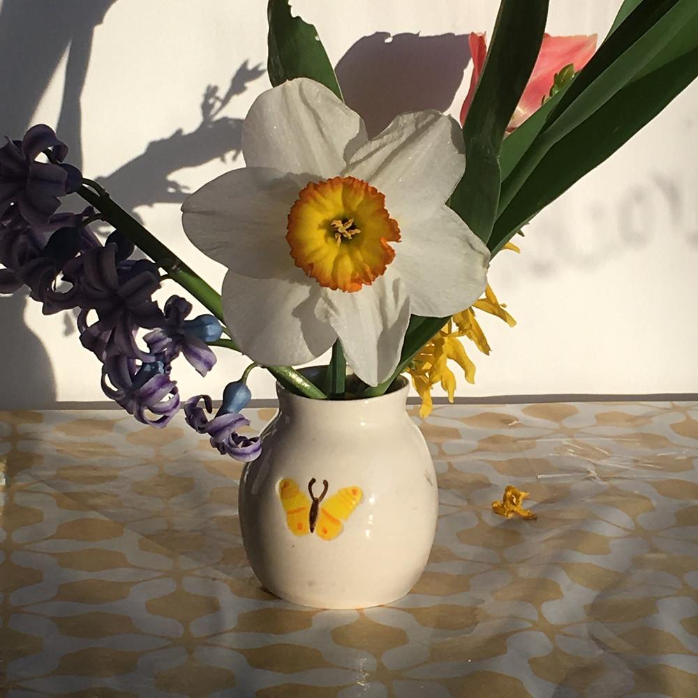 Mini vase blanc avec papillon jaune peint, narcisse blanc coeur jaune
