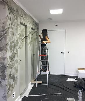 Pintura na parede de uma sala comercial em São Paulo - SP.   Material: esmalte sintético, esponja e tecidos para dar o efeito das folhas.  Abril de 2018